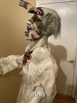 Spirit Halloween Axe'd Zombie Life Taille 6 Pieds. Figure Prop Le Même Jour, Le Navire A Pris Sa Retraite